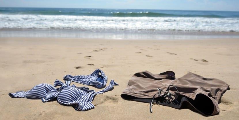 Bañadores en playa nudista
