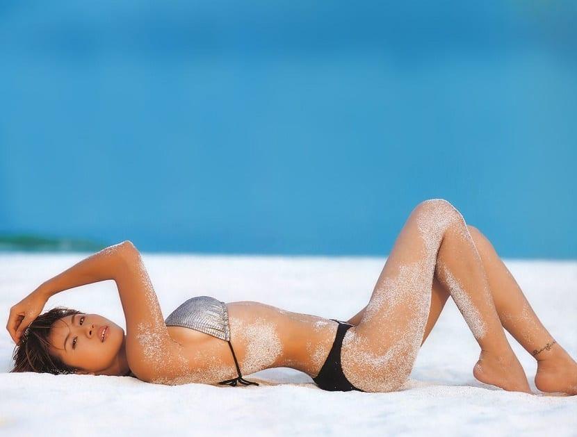 Playa nudista en Asia con mujer