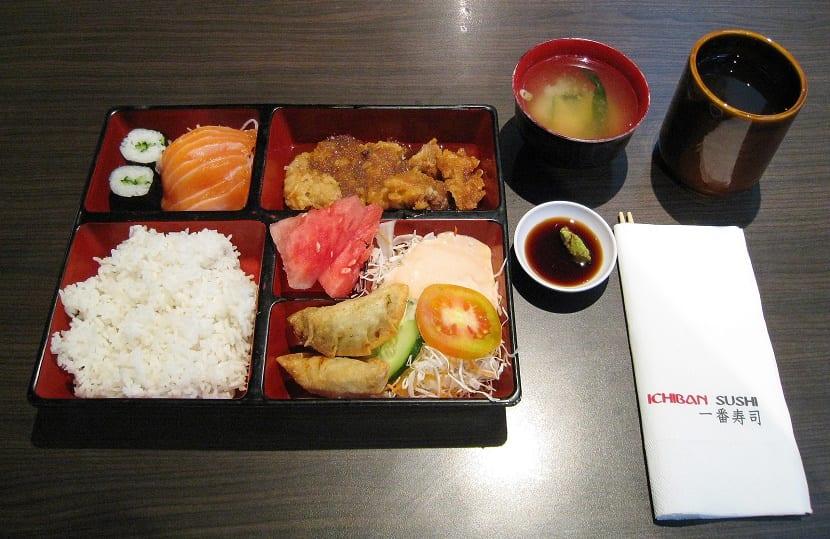 Plato de pollo y comida japonesa