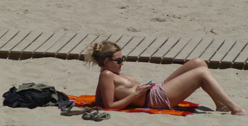 mujer haciendo topless