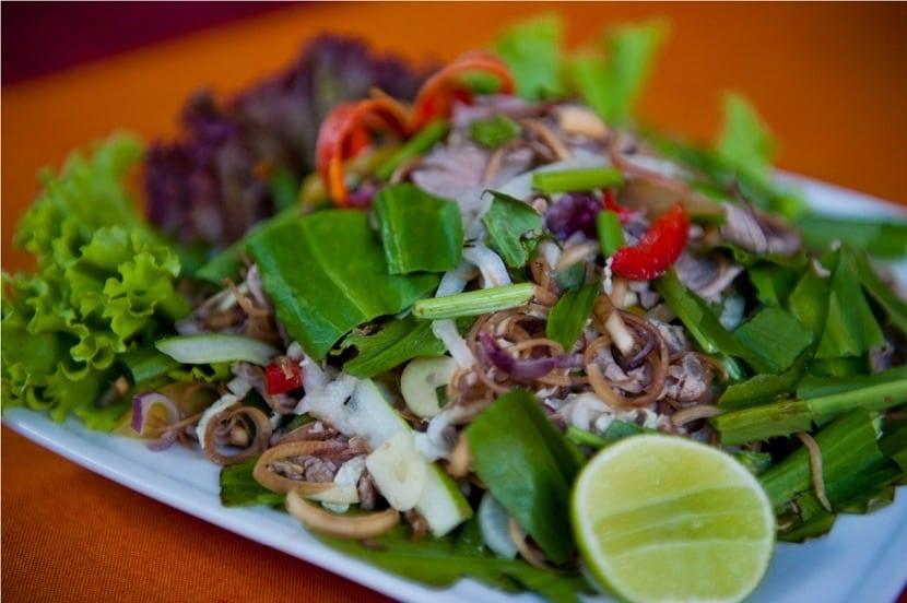 Plato de ensalada camboyana