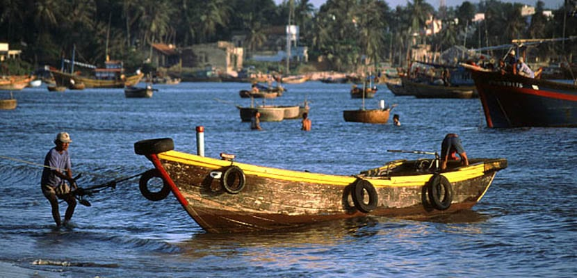 Pescadores en la playa Mui Ne de Vietnam