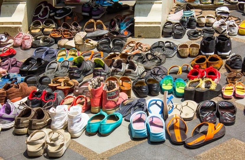 Zapatos fuera de casa