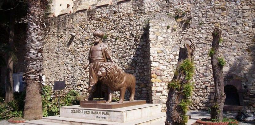 estatua en castillo de cesme