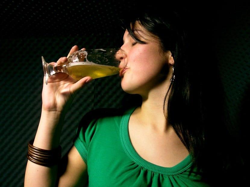 Mujer bebiendo la mejor cerveza india