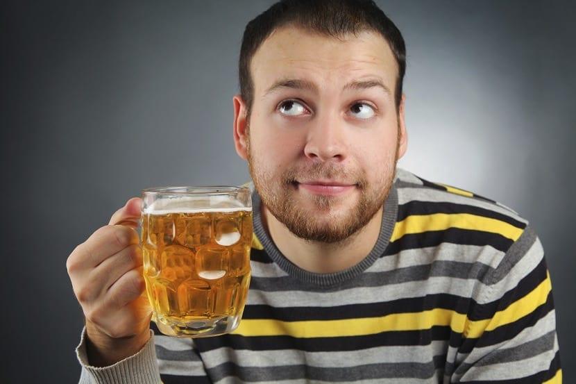 Hombre con jarra de cerveza india