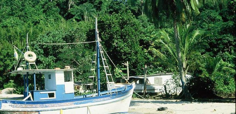 Barco en isla tropical de Brasil
