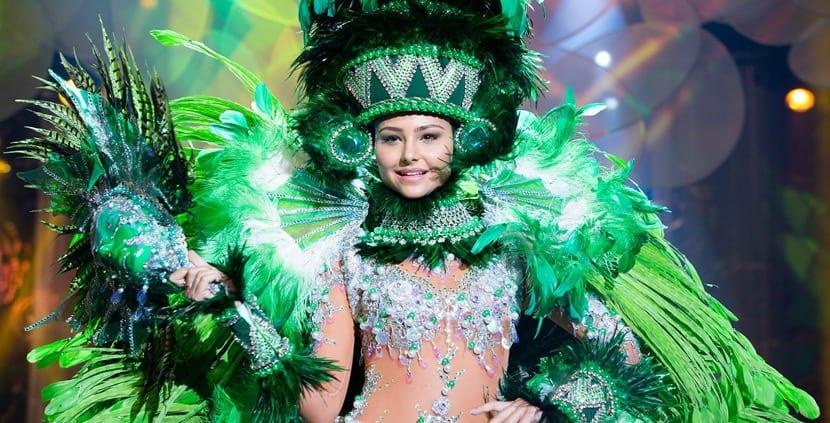 Traje típico de Brasil para los carnavales en Río