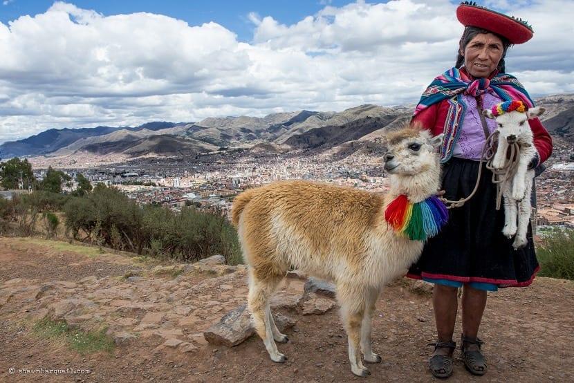Mujer peruana con cabra