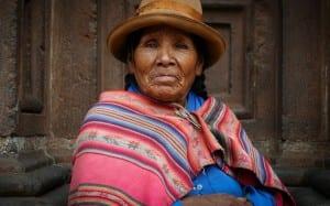 Mujer humilde con sombrero peruano