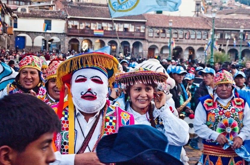 Fiesta en perú con vestimentas típicas