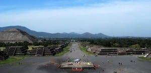 Calzada de los muertos en Pirámide Luna en Teotihuacan