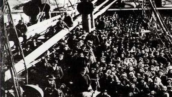 Fotografía de uno de los muchos barcos repletos de emigrantes que llegaban desde Europa