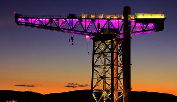 Así es la Titan Crane o grúa Titán durante la noche