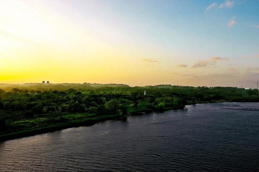 Amanecer desde el canal de Panamá
