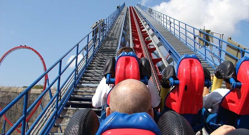 Montaña rusa en parque de atracciones