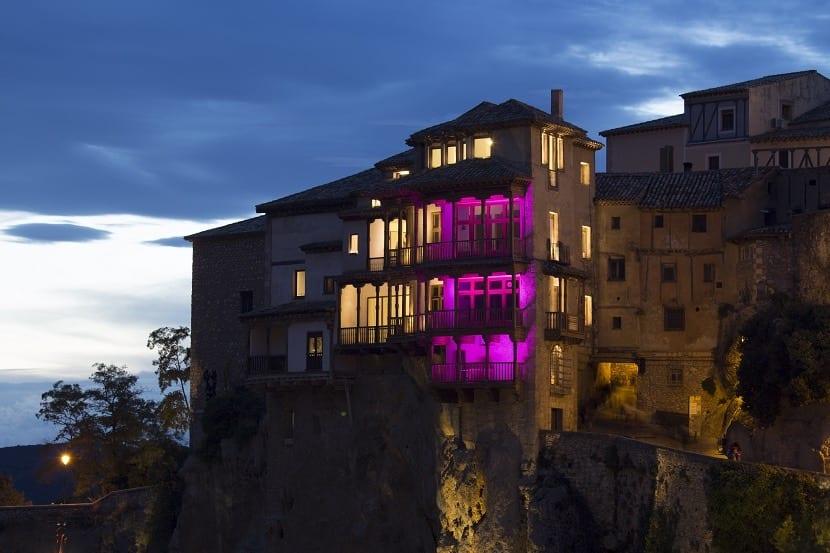 Casas colgadas de Cuenca iluminadas