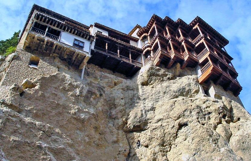 Casas colgadas vistas desde abajo