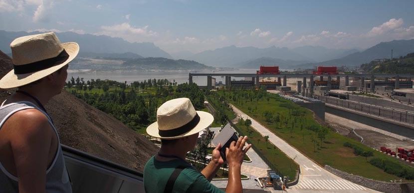 Turistas en la represa del Yangtzé