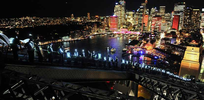 Escalar Puente de Sidney de noche