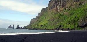 Playa negra de Vik en verano
