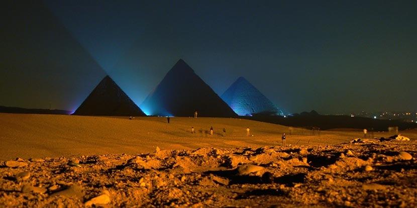 Las pirámides de noche