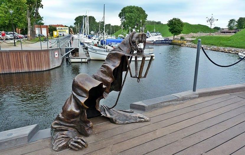 Esculturas que te gustará visitar si viajas por el mundo - Fantasma negro
