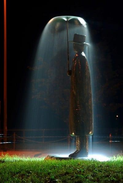 esculturas que te gustará visitar si viajas por el mundo - Hombre en la lluvia
