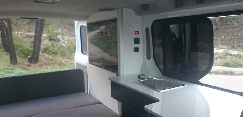 Interior de furgoneta camperizada