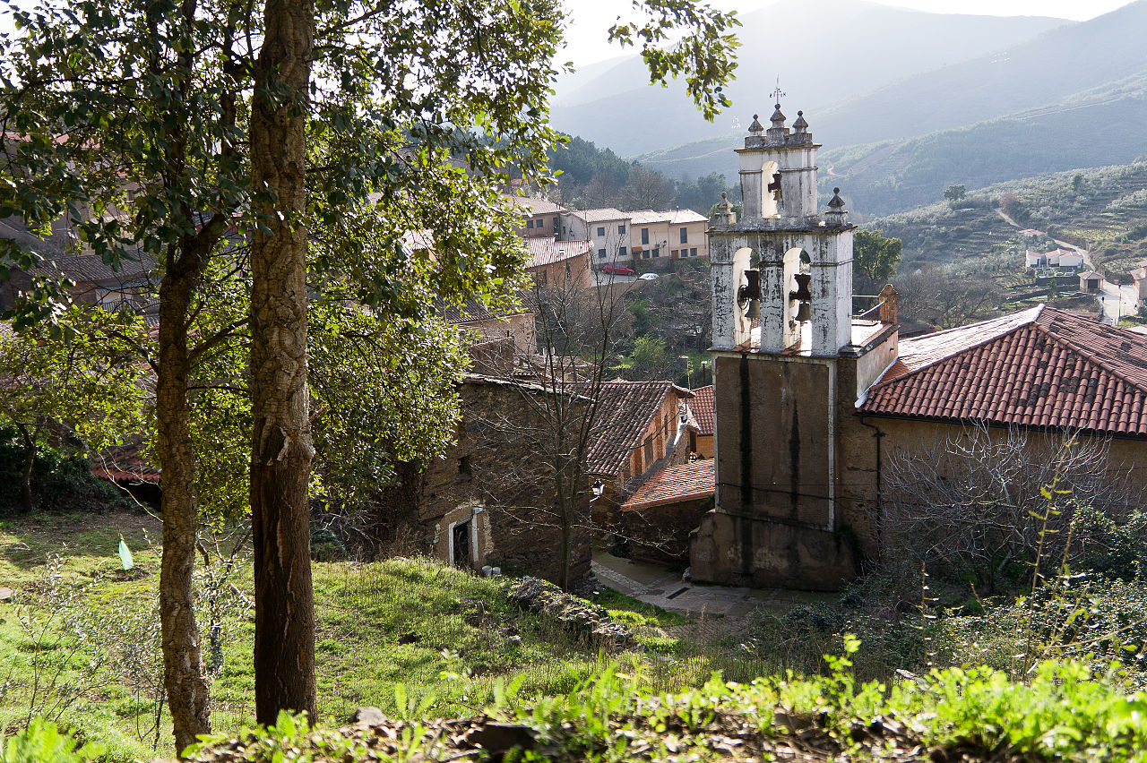 Vista de la iglesia de Robledillo de Gata