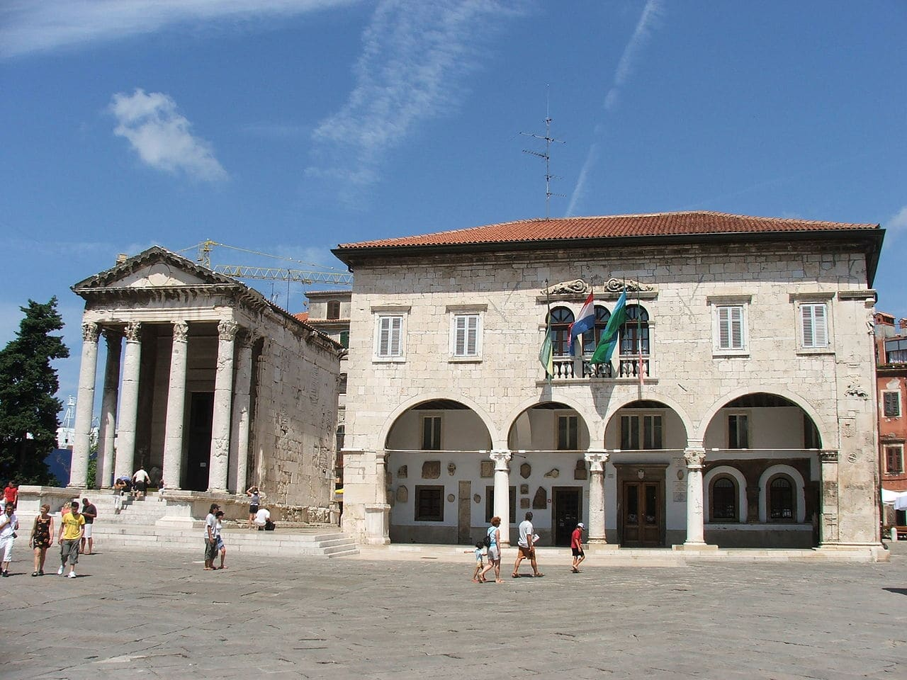 El templo de Augusto y el palacio Comunal