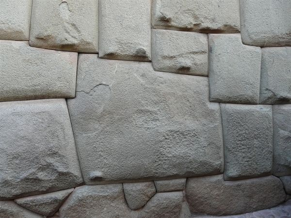 Piedra de los 12 ángulos en el centro de Cusco