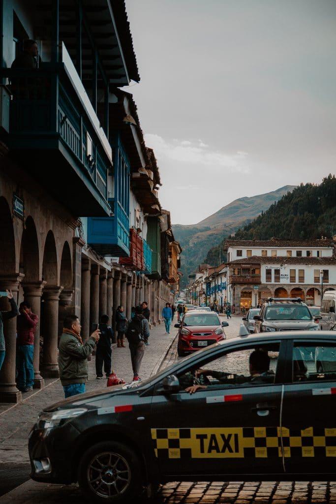 Taxi en la plaza de armas cómo moverse en Cuzco