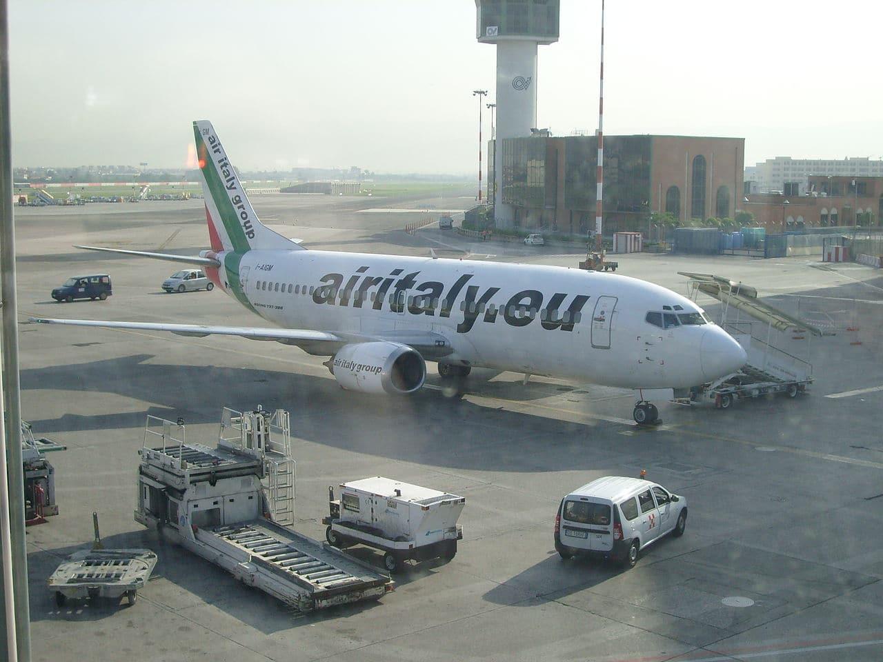 Un avión en un aeropuerto