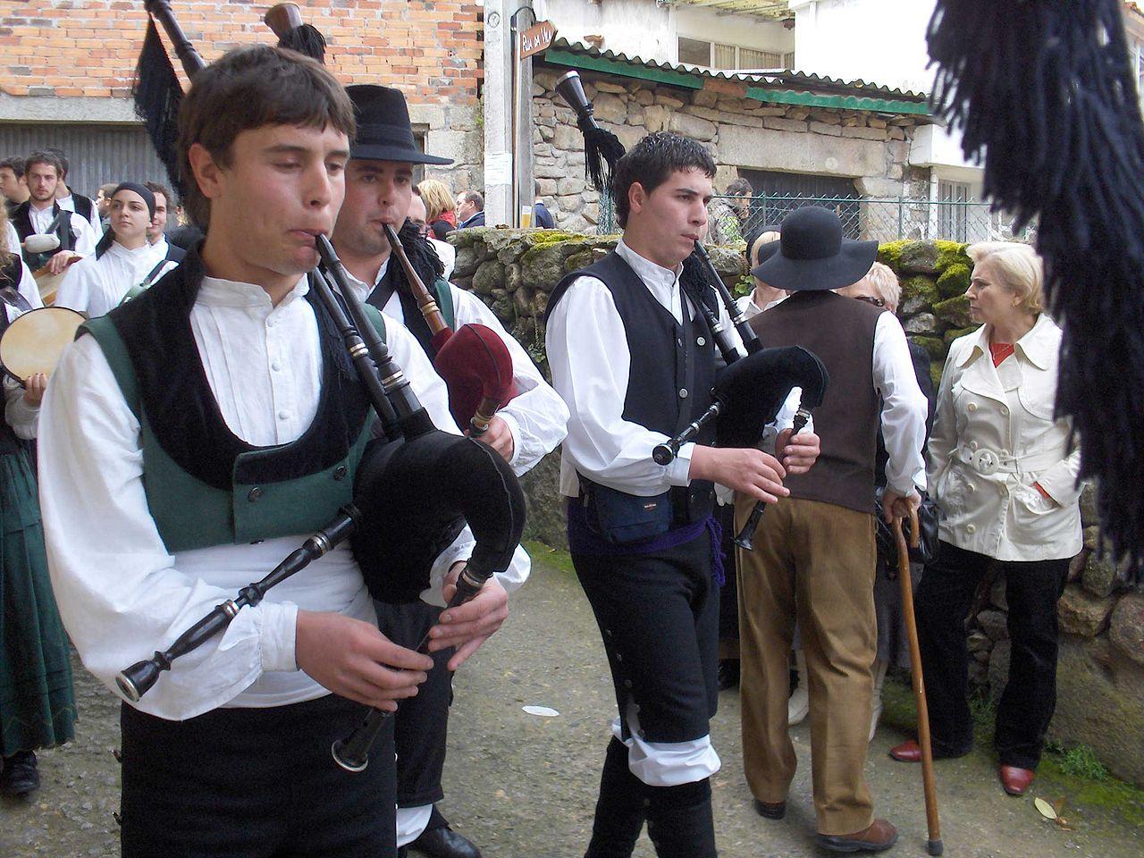 Gaiteros con el traje regional gallego